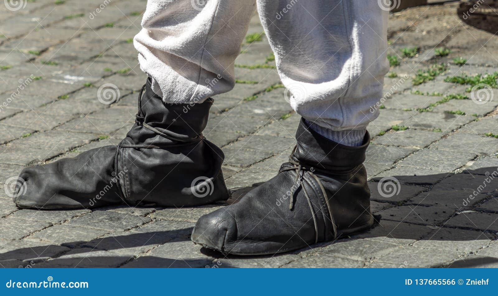 Средневековые ботинки waistband сделанные мягких черных кожаных нашивок над светлым - серые брюки белья