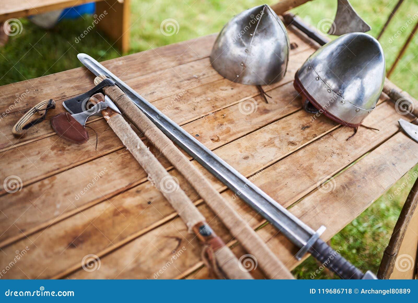 Средневековые оружия на деревянном столе