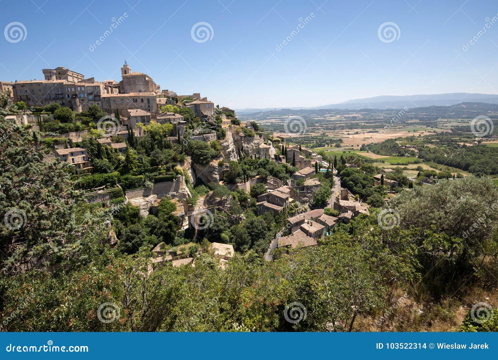 Средневековый городок вершины холма Gordes Провансаль