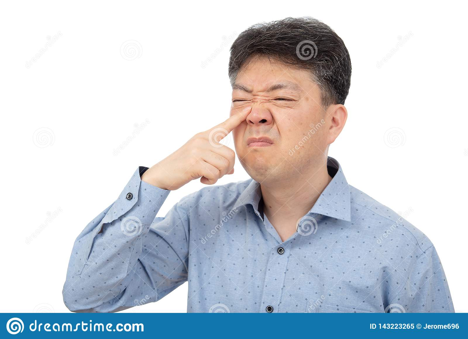 Средн-достигший возраста человек страдая от ринита на белой предпосылке