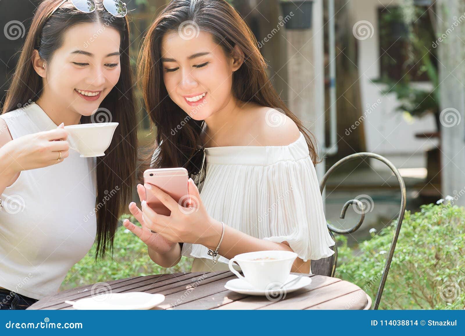 2 средства массовой информации красивых независимых пользы женщины социальных на smartphone внутри