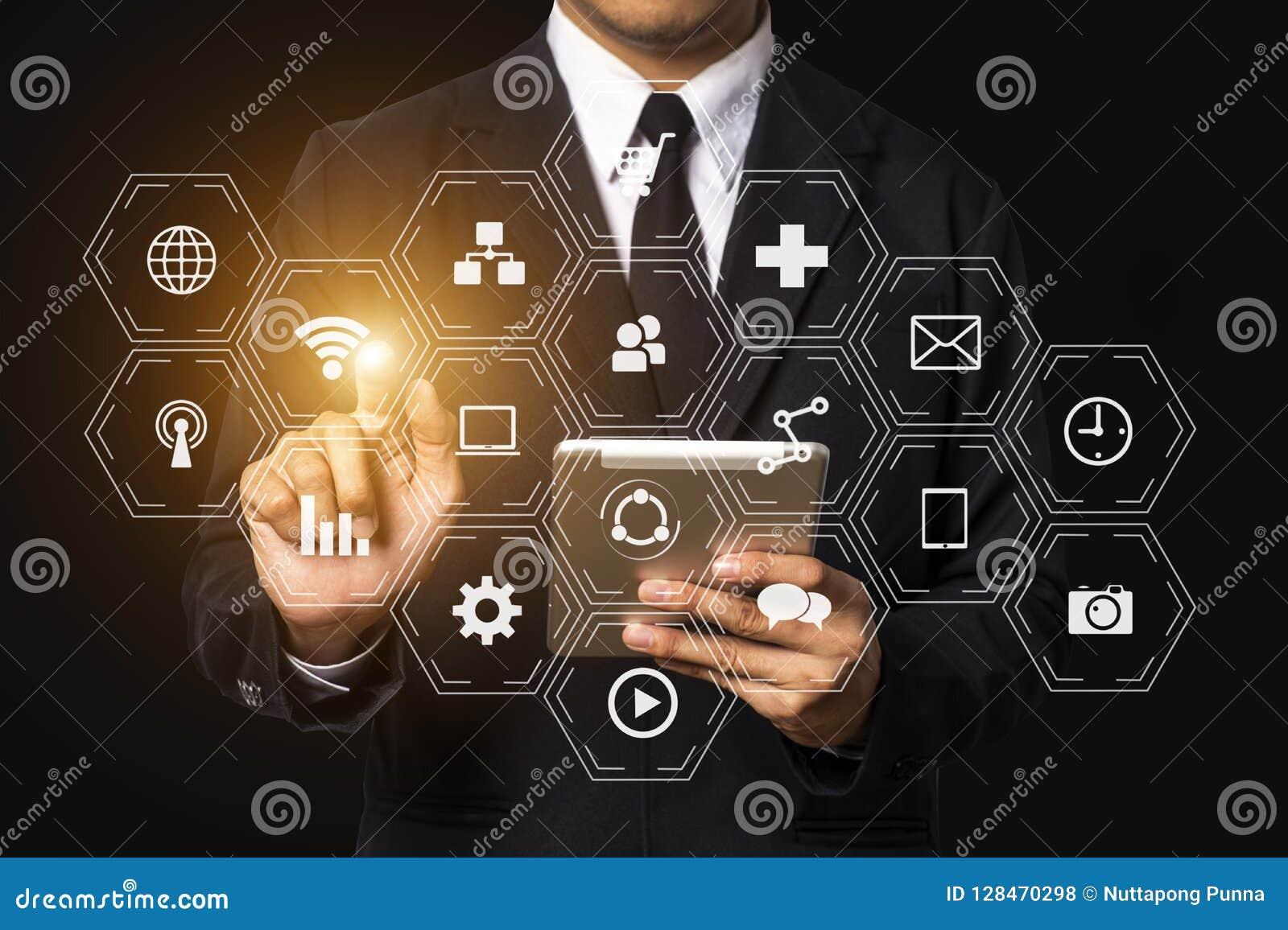 Средства массовой информации маркетинга цифров в виртуальном экране с мобильным телефоном