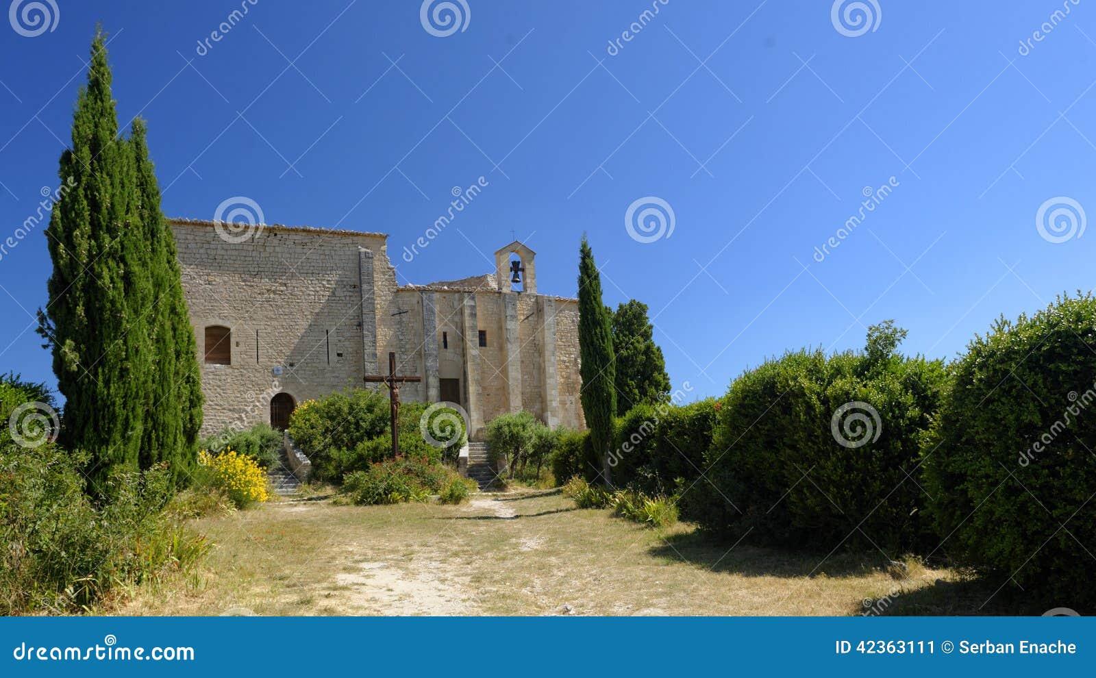 Средневековая церковь замка на Святом Saturnin-les-Apt