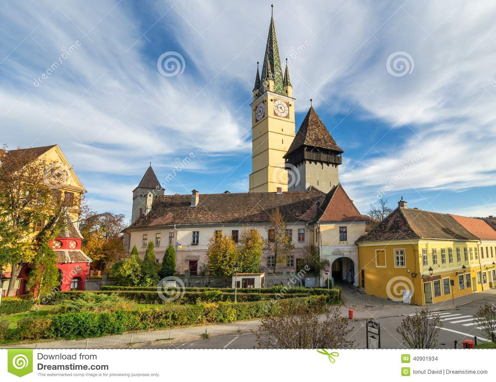 Средневековая церковь-крепость средств