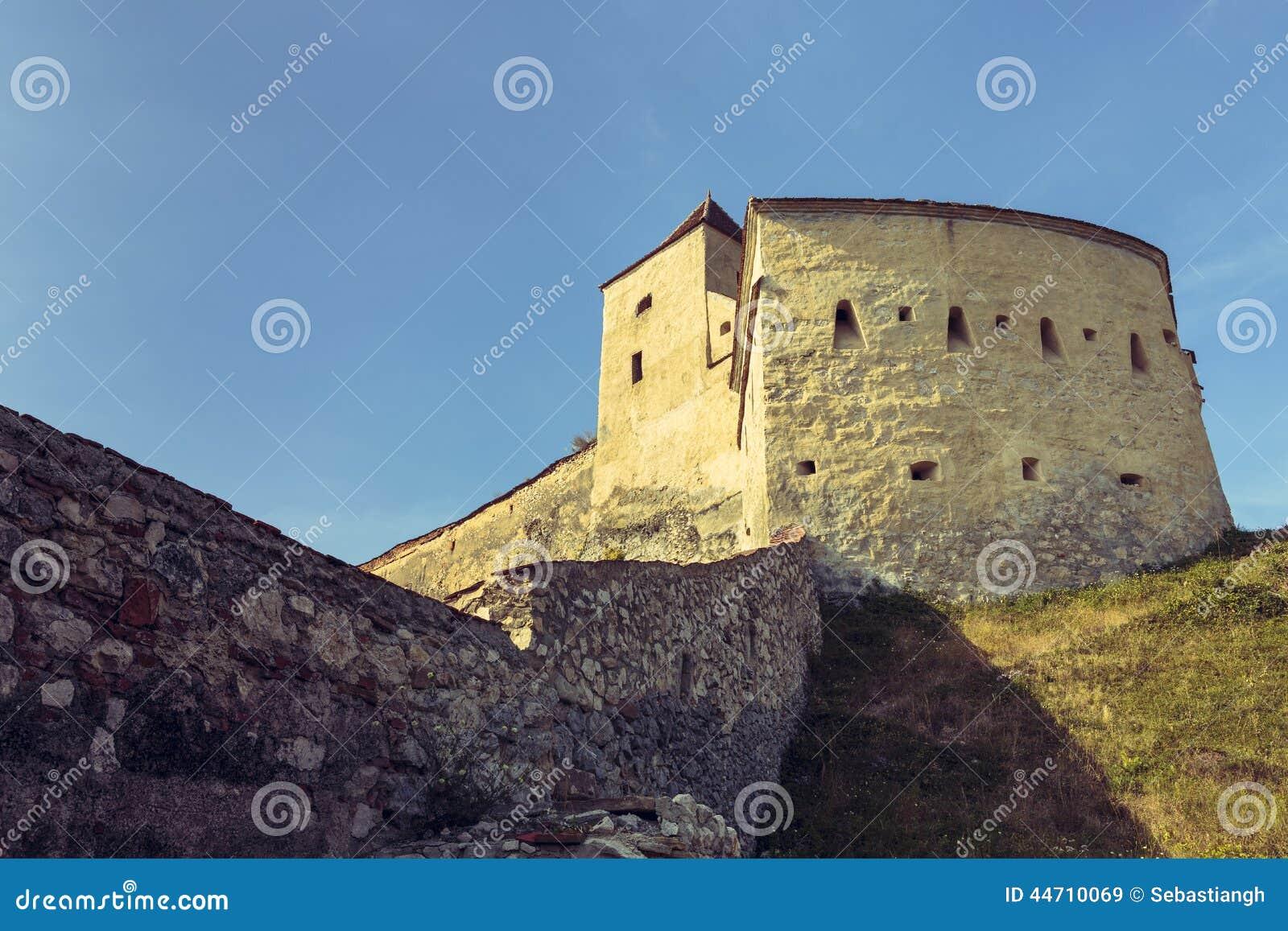 Средневековые стены башни и обороны цитадели Rasnov, Румынии