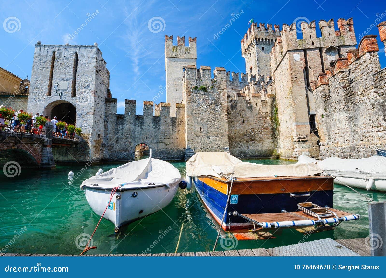 Средневековый замок Scaliger в старом городке Sirmione на озере Lago di Garda, северной Италии
