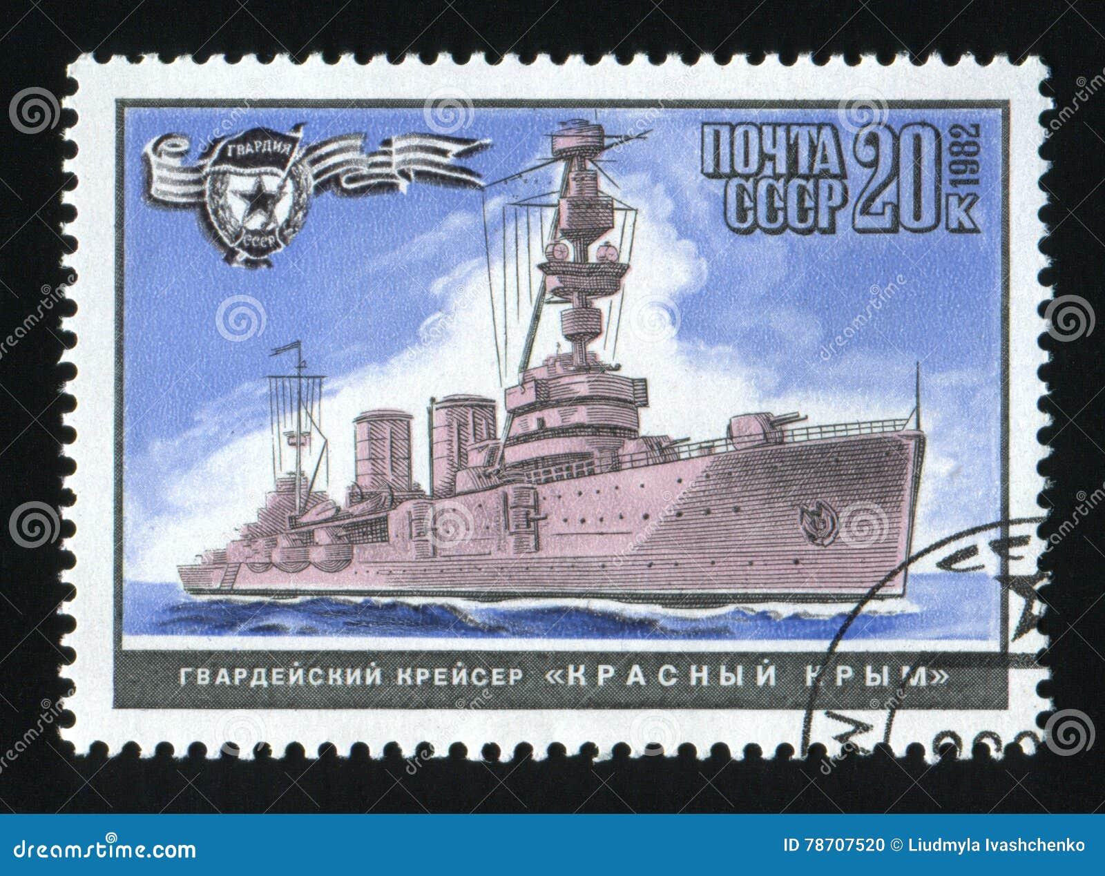 СССР - ОКОЛО 1982: Штемпель напечатанный в СССР, крейсер красный Крым столба выставок, военные корабли Второй Мировой Войны серии