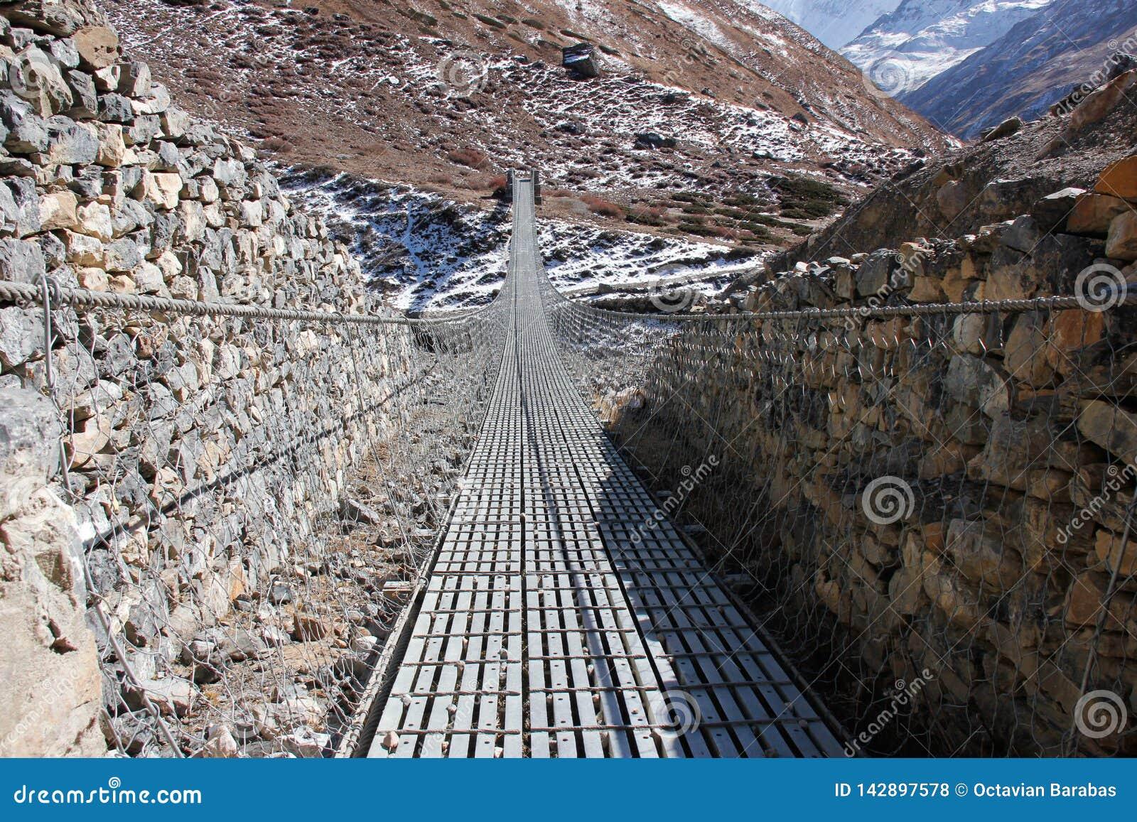 Стальной мост в горах Гималаев