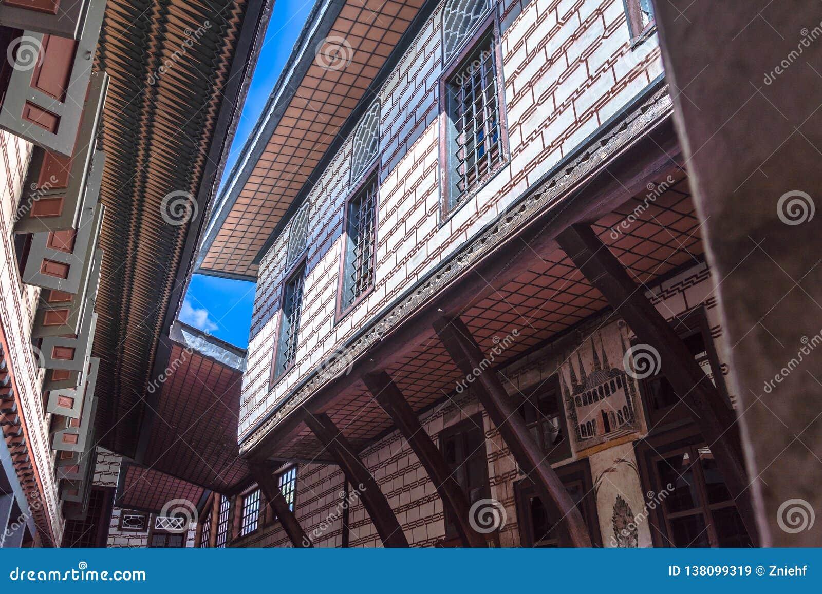 Стамбул, Турция, 22-ое сентября 2018: Взгляд фасада здания во втором дворе дворца Топкапы