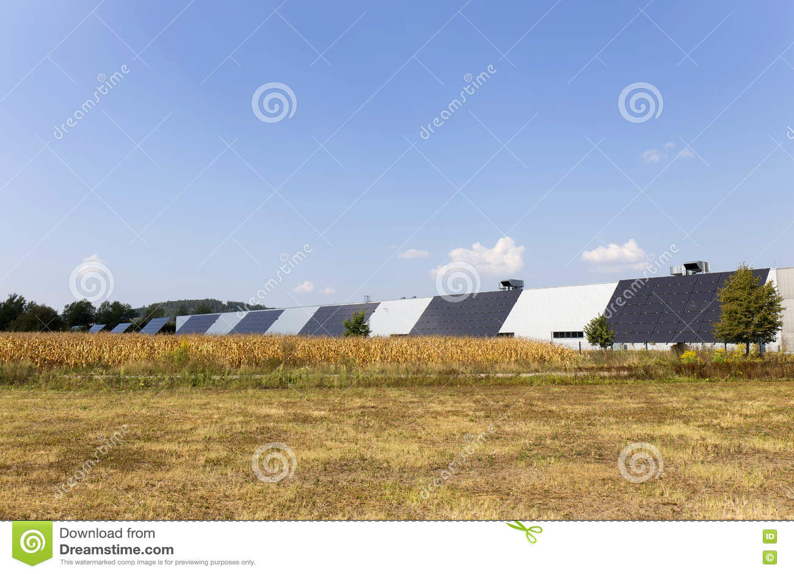 Станция солнечной энергии на луге лета