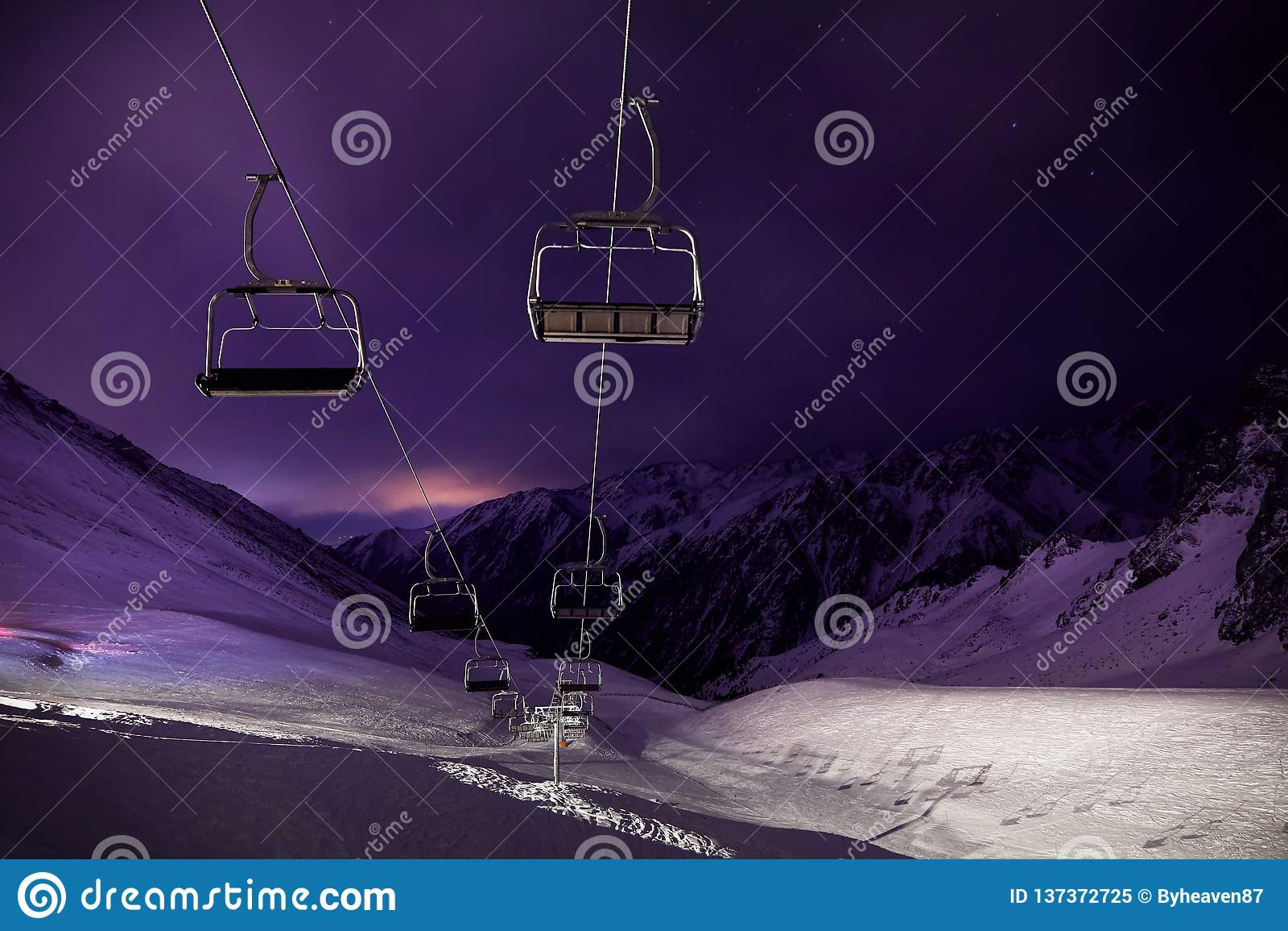 Станция фуникулера на лыжном курорте вечером