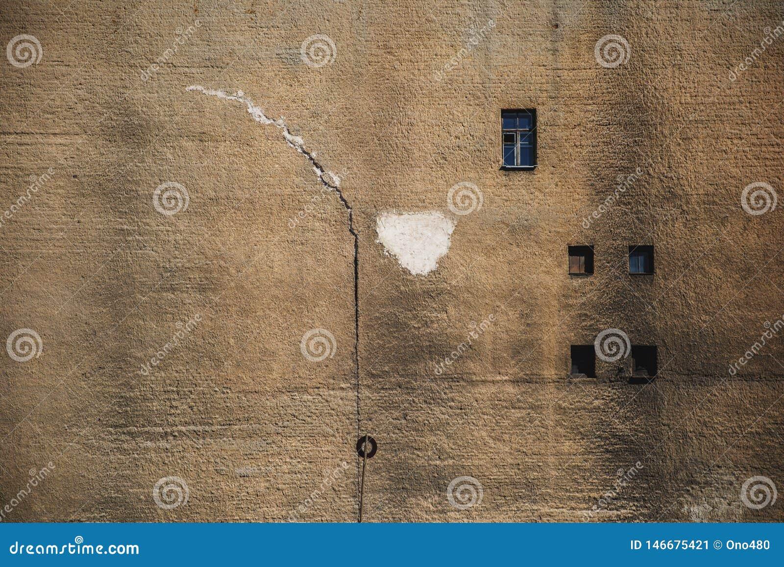 Старая большая кирпичная стена с окнами