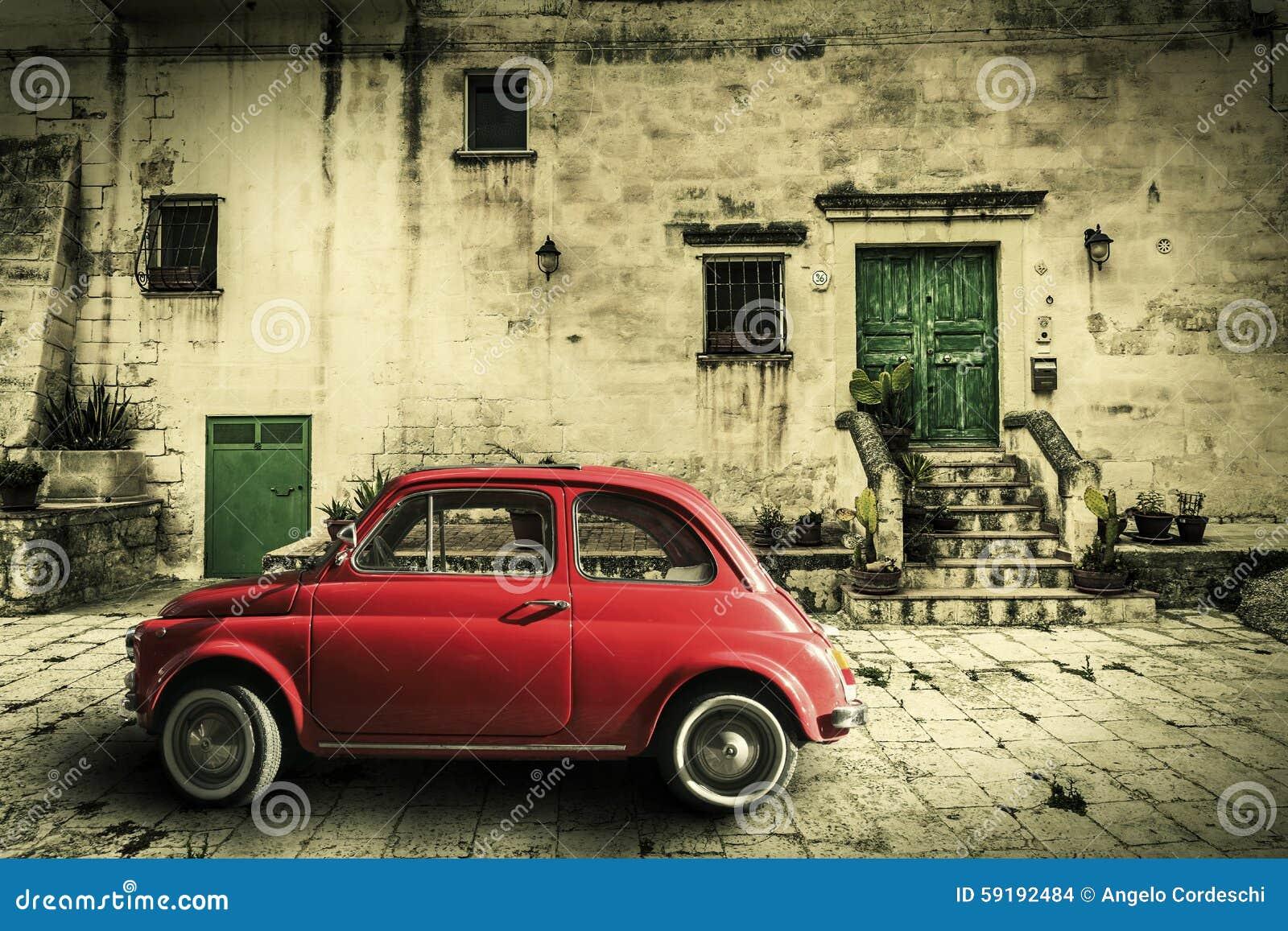 Старая винтажная итальянская сцена Малый античный красный автомобиль Эффект старения