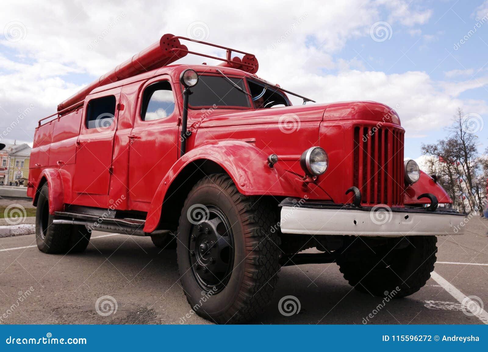 Старая винтажная классическая пожарная машина