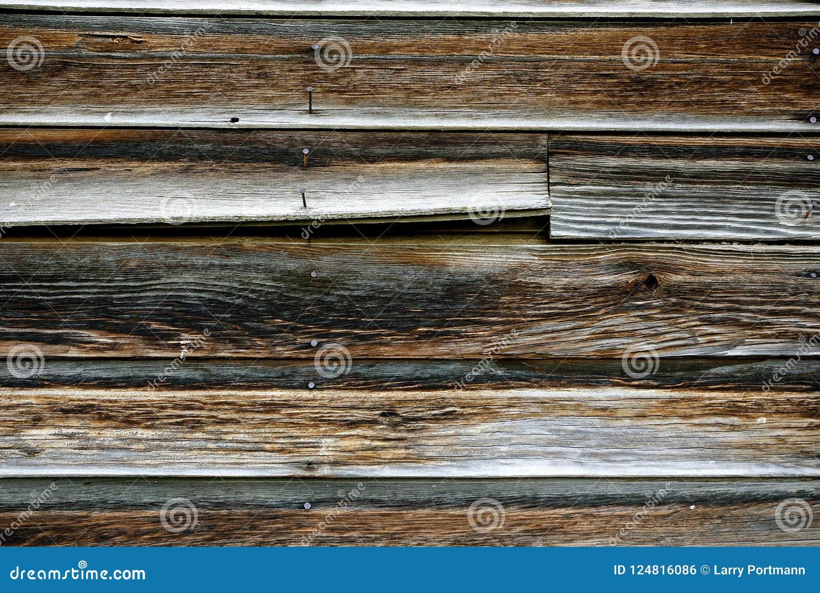 Старая выдержанная древесина амбара с ржавыми ногтями