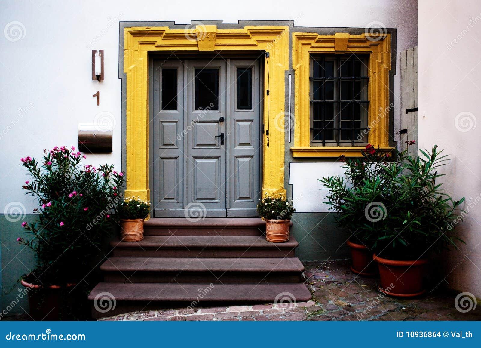 Старая дверь в старом городке