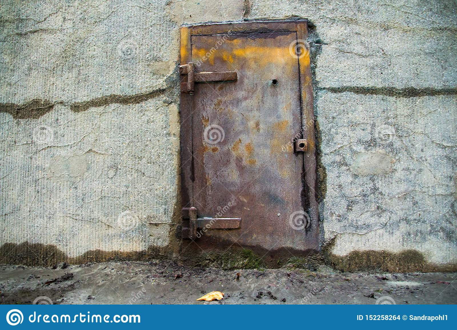 Старая дверь металла в бетонной стене