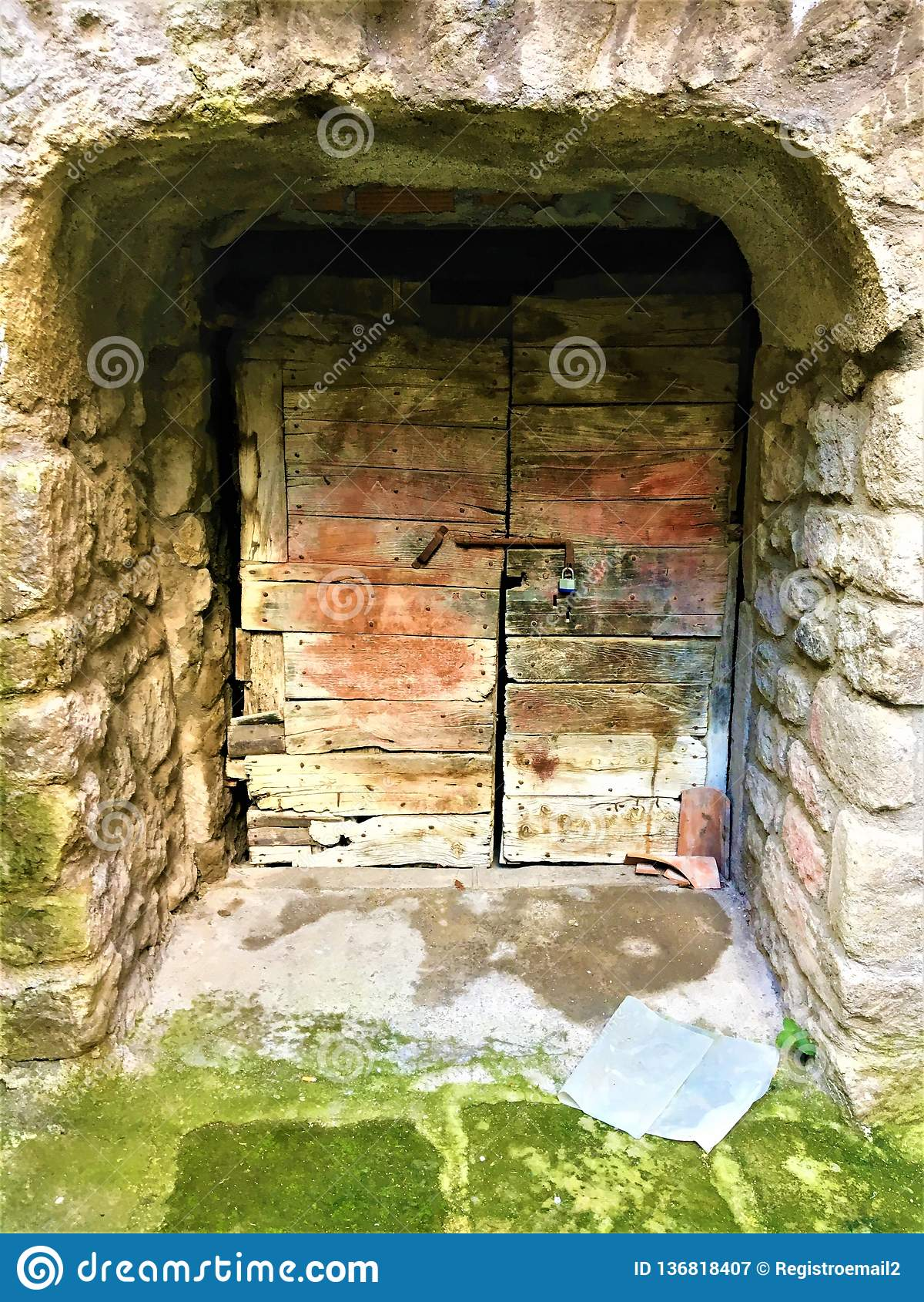 Старая дверь, тайна и секретный вход