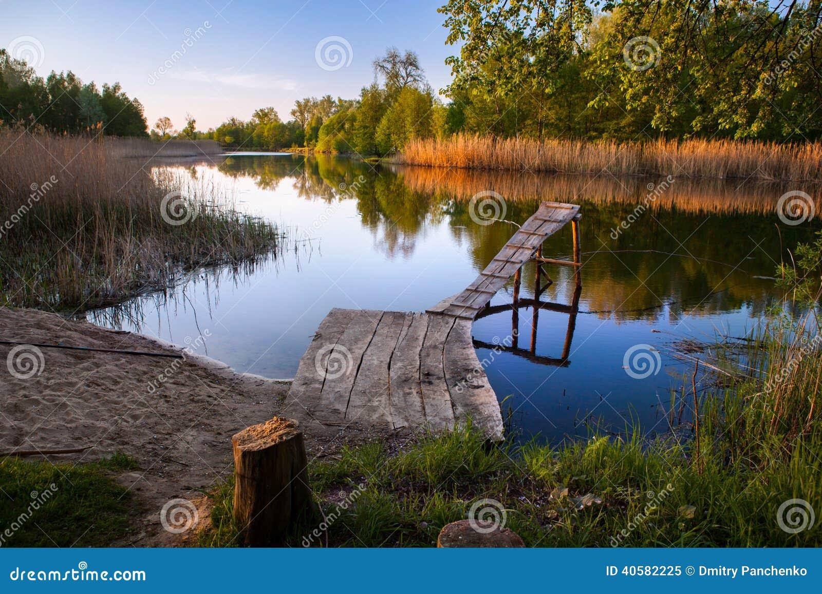 Старая деревянная пристань рыбной ловли