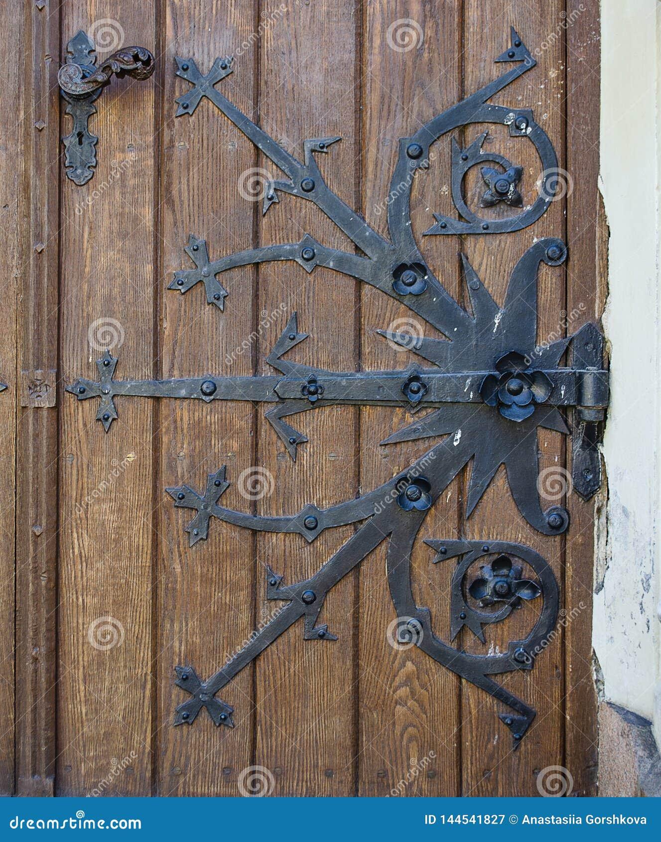 Старая закрытая красивая дверь