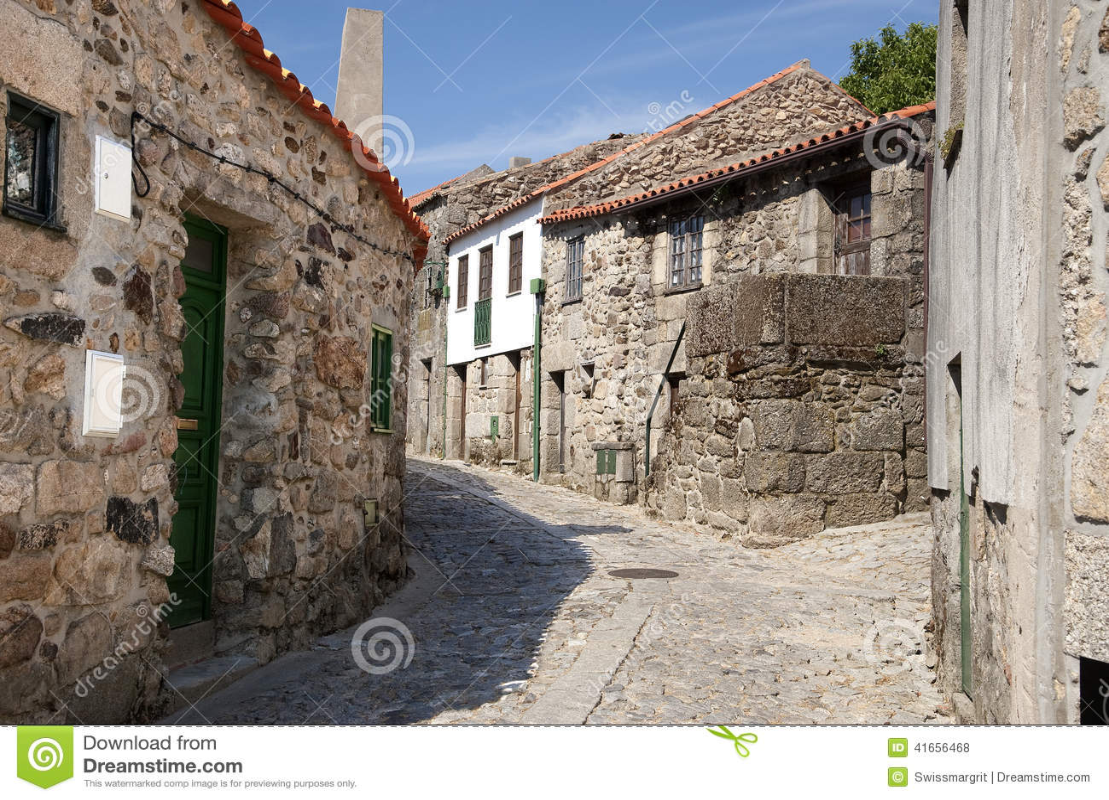 Старая историческая деревня Linhares da Beira в Португалии