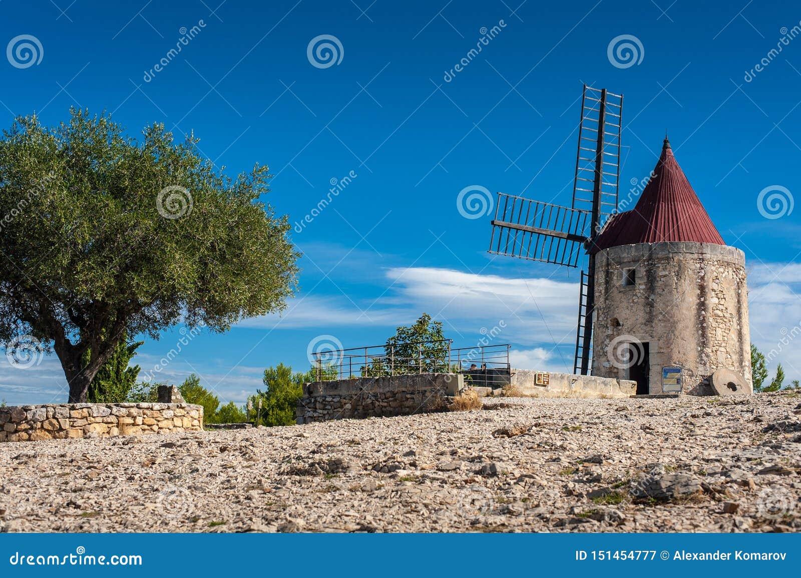 Старая каменная ветрянка Daudet в Провансали