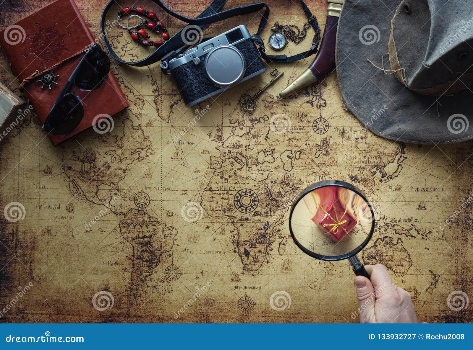 Старая карта и винтажная концепция оборудования/экспедиции перемещения, поиск сокровищ