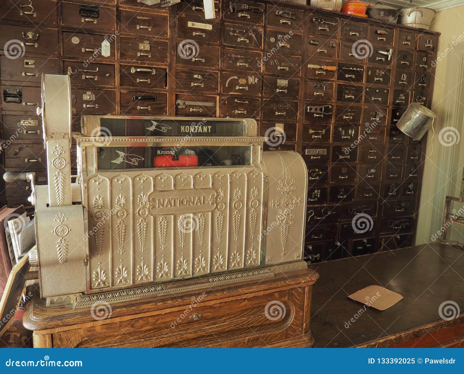 Старая коробка наличных денег в винтажной фармации