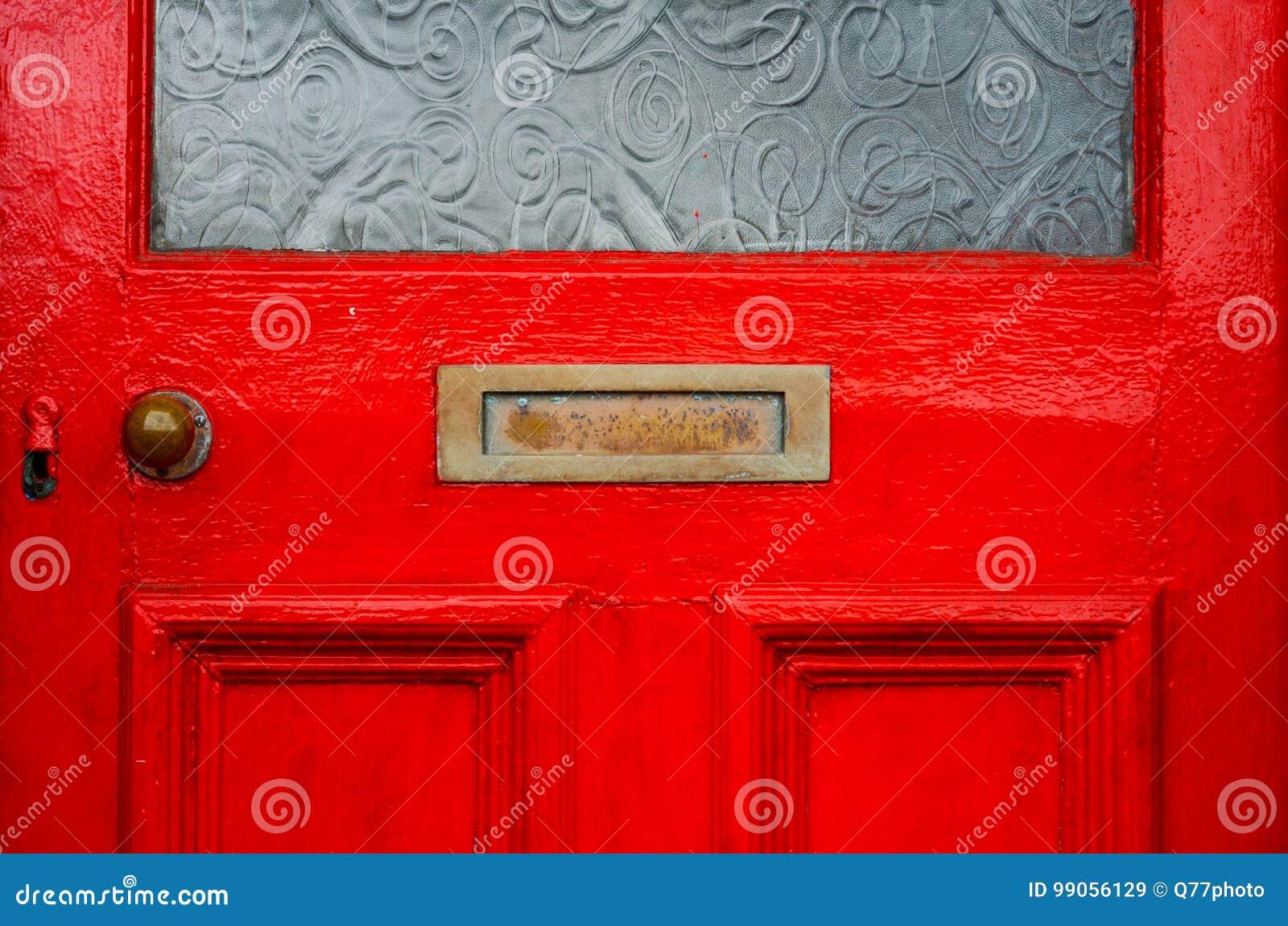 Старая коробка письма в двери, традиционный путь поставлять письма