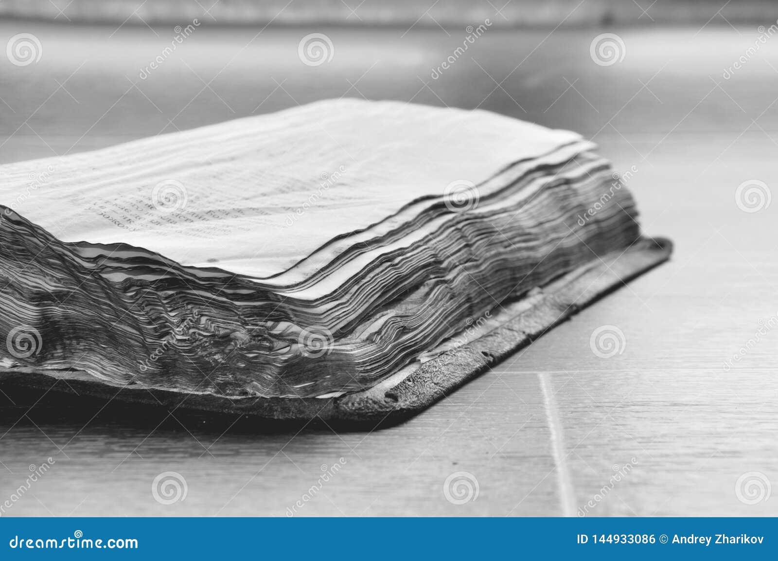 Старая, который сгорели книга