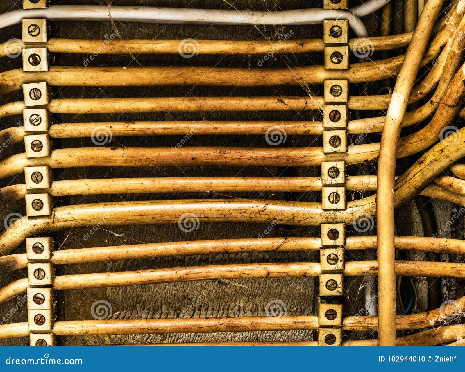 Старая параллель клала электрические кабели, абстрактную предпосылку