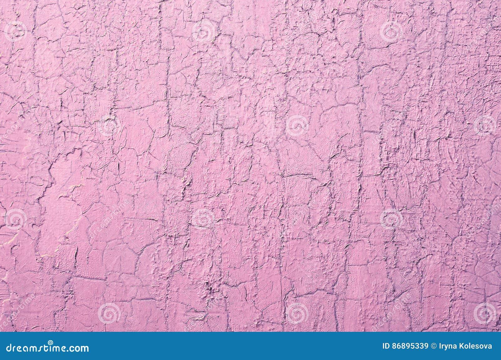 Старая поврежденная треснутая стена краски, предпосылка Grunge, розовый пастельный цвет
