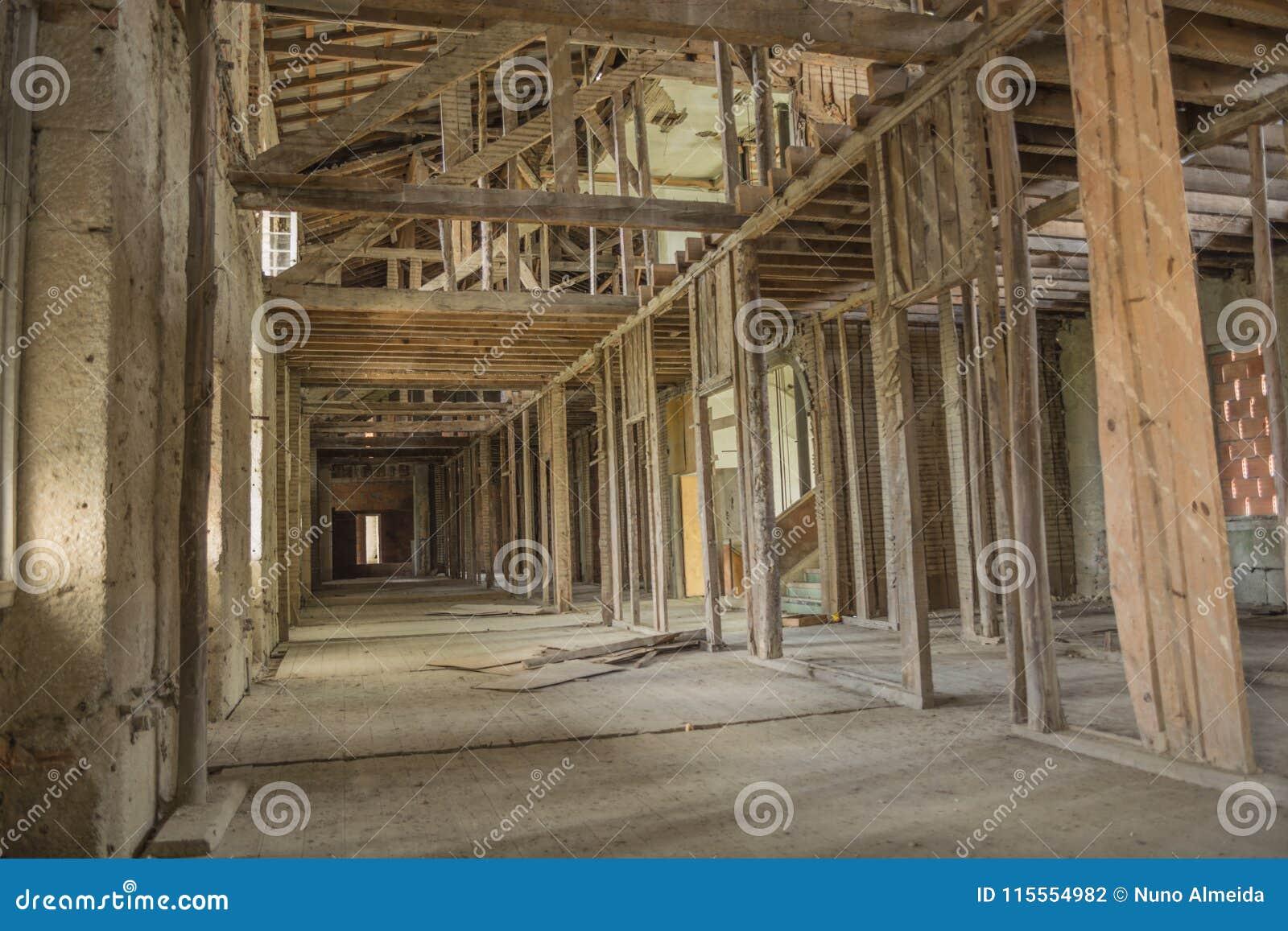 Старая покинутая крыша санатория в Португалии