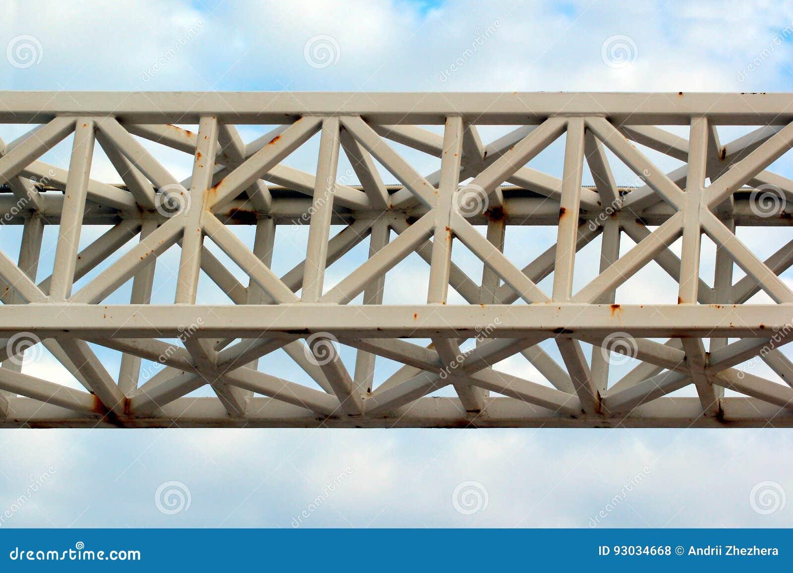 Старая покрашенная ферменная конструкция металла