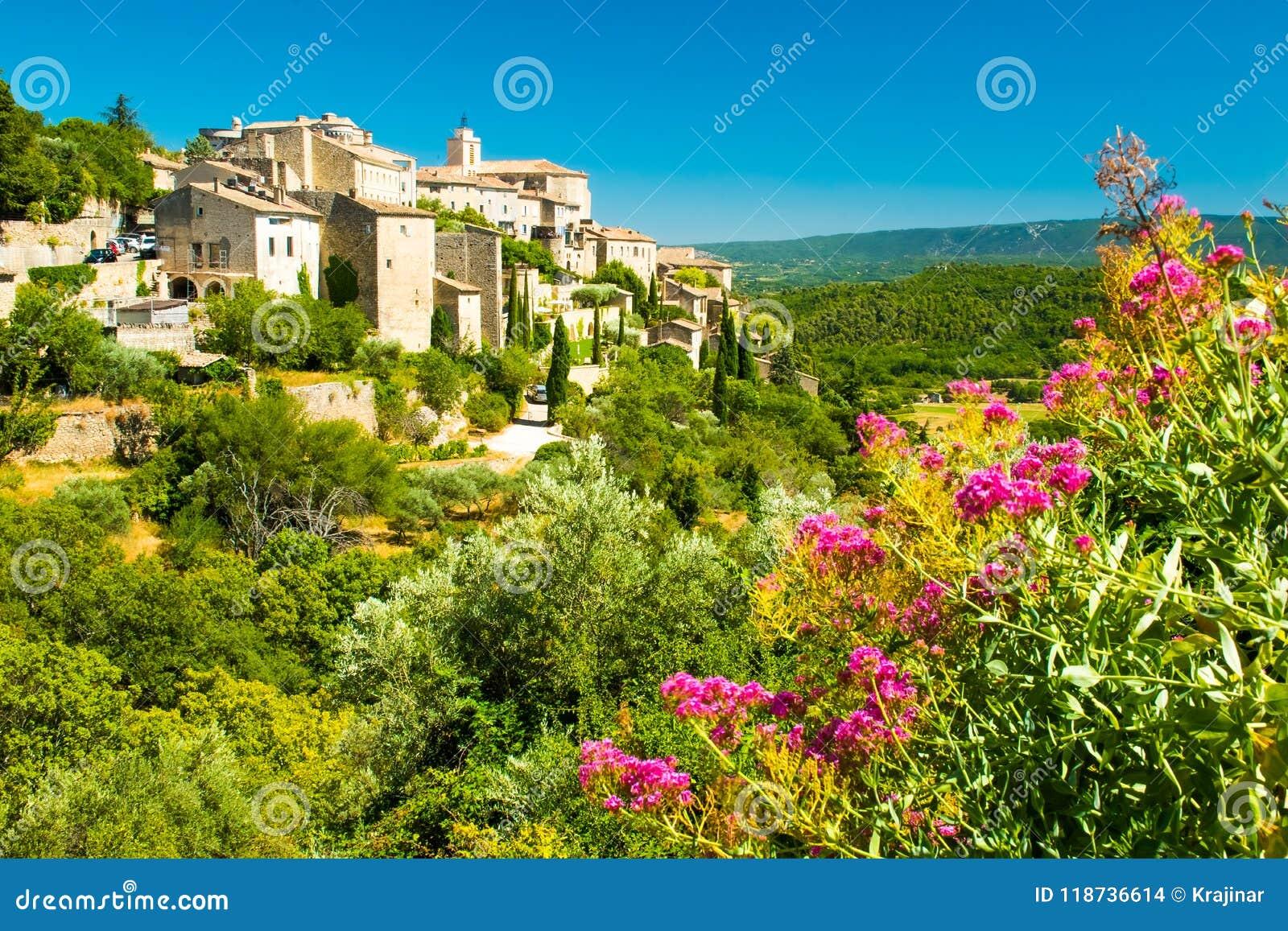 Старая средневековая деревня с цветками Gordes, Провансали, Франции