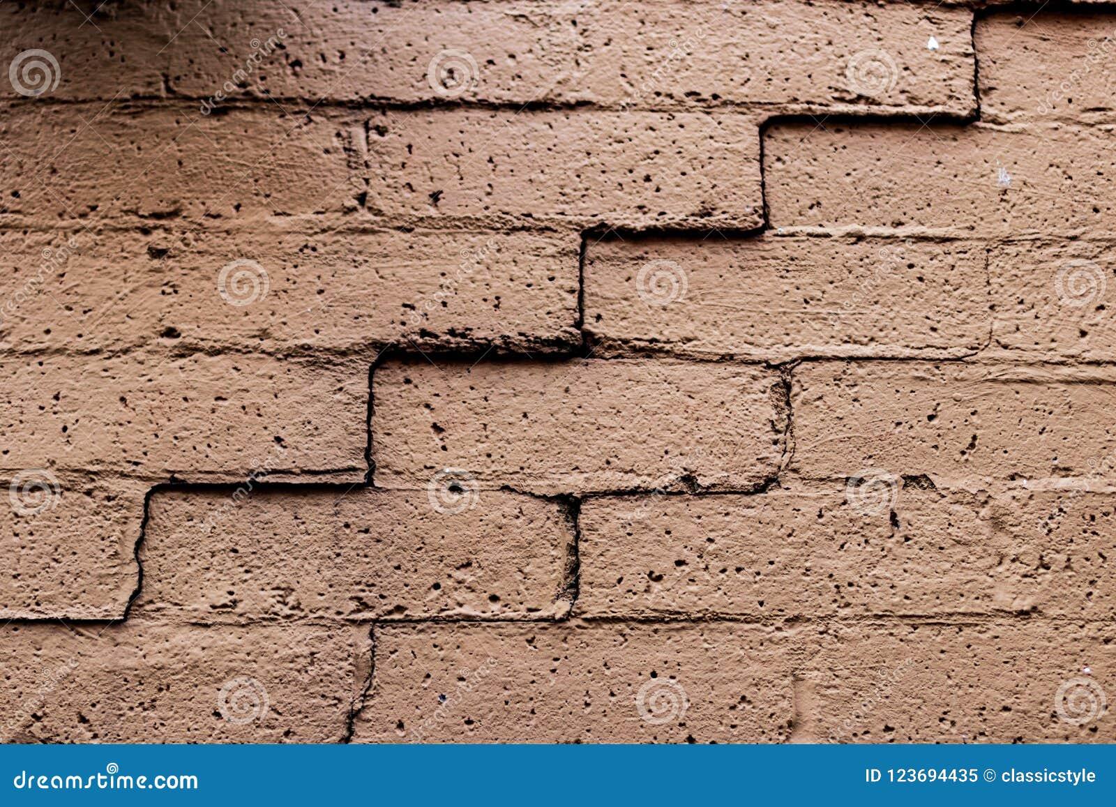 Старая увяданная треснутая кирпичная стена