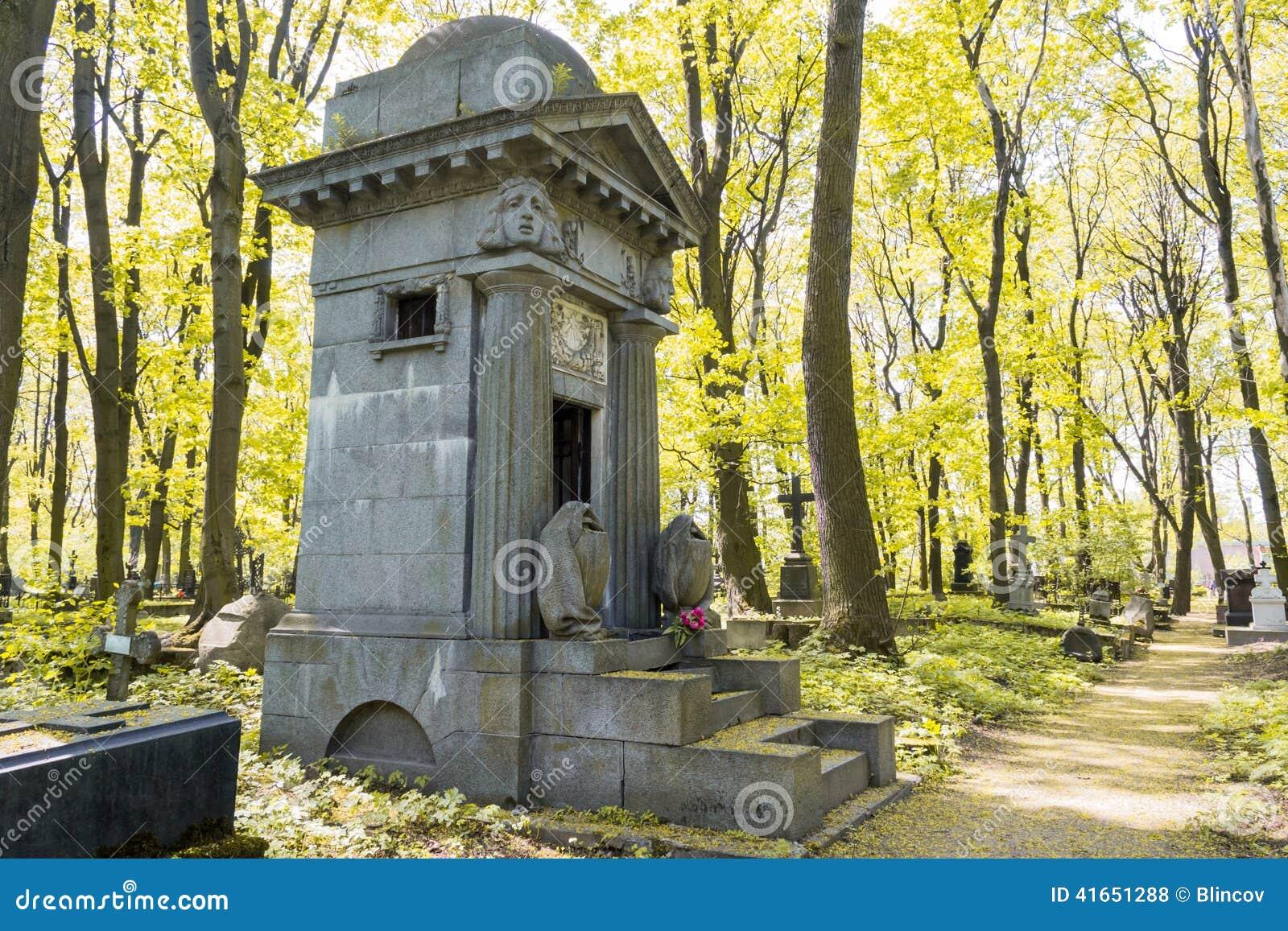 Старая усыпальница в лесе осени