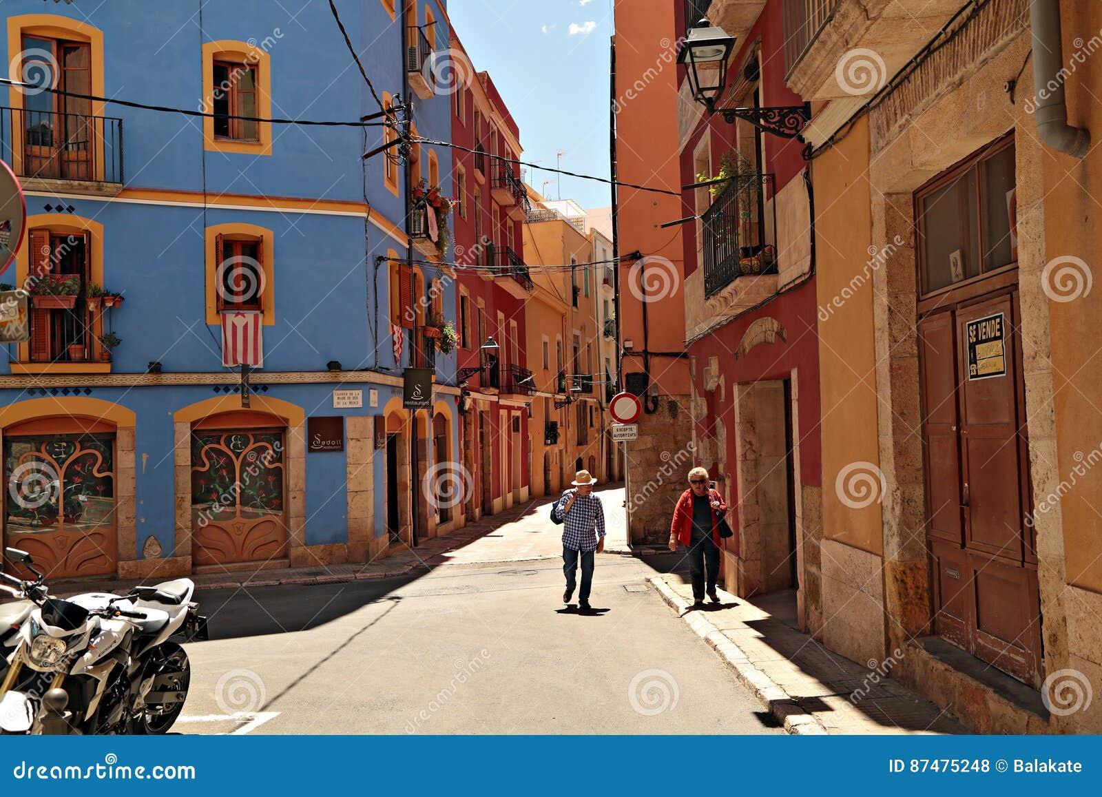 Старая улица в историческом городке города Таррагоны Каталония, Испания