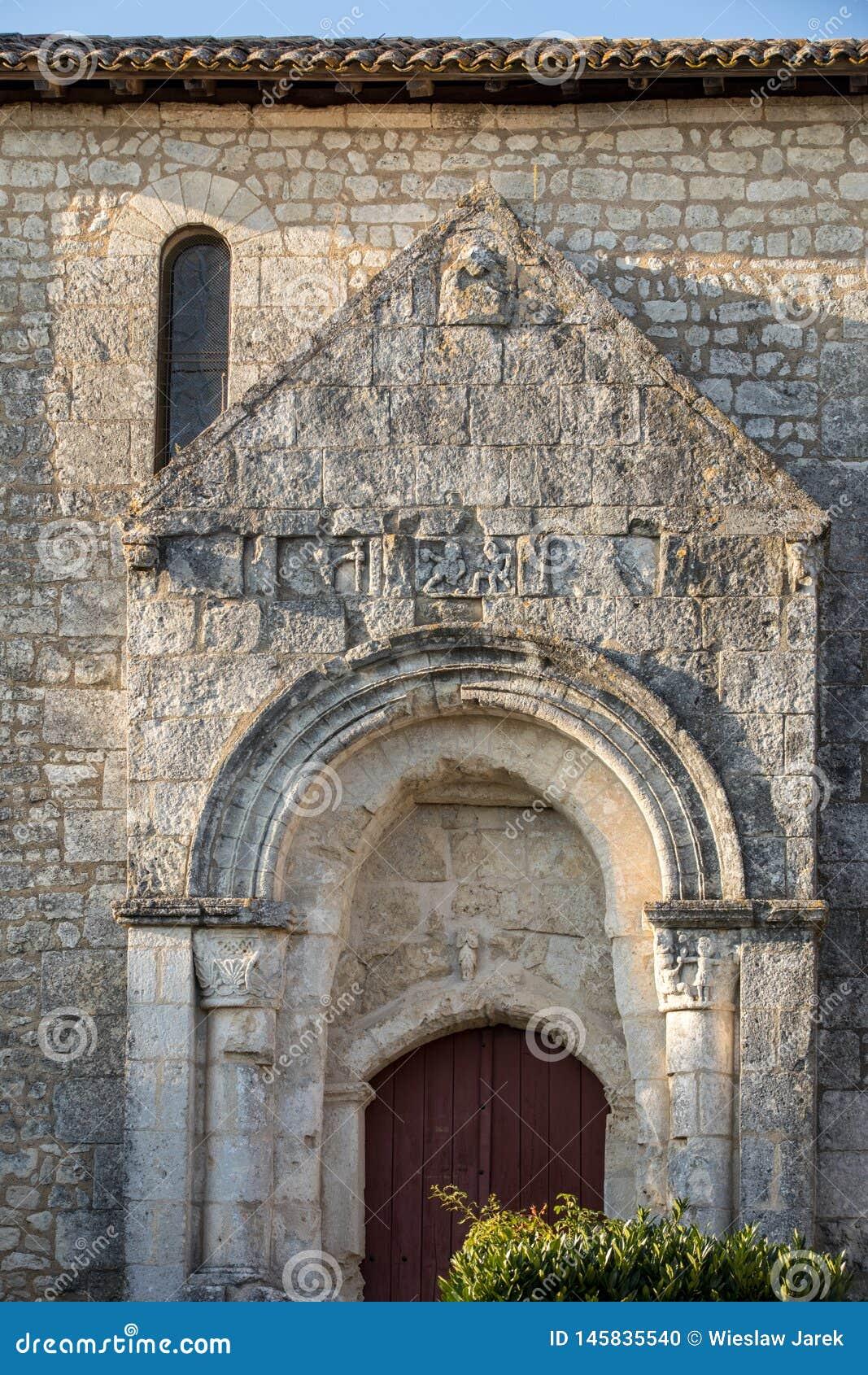 Старая церковь в деревушке de Святом Georges de Montagne около Святого Emilion, Жиронды,