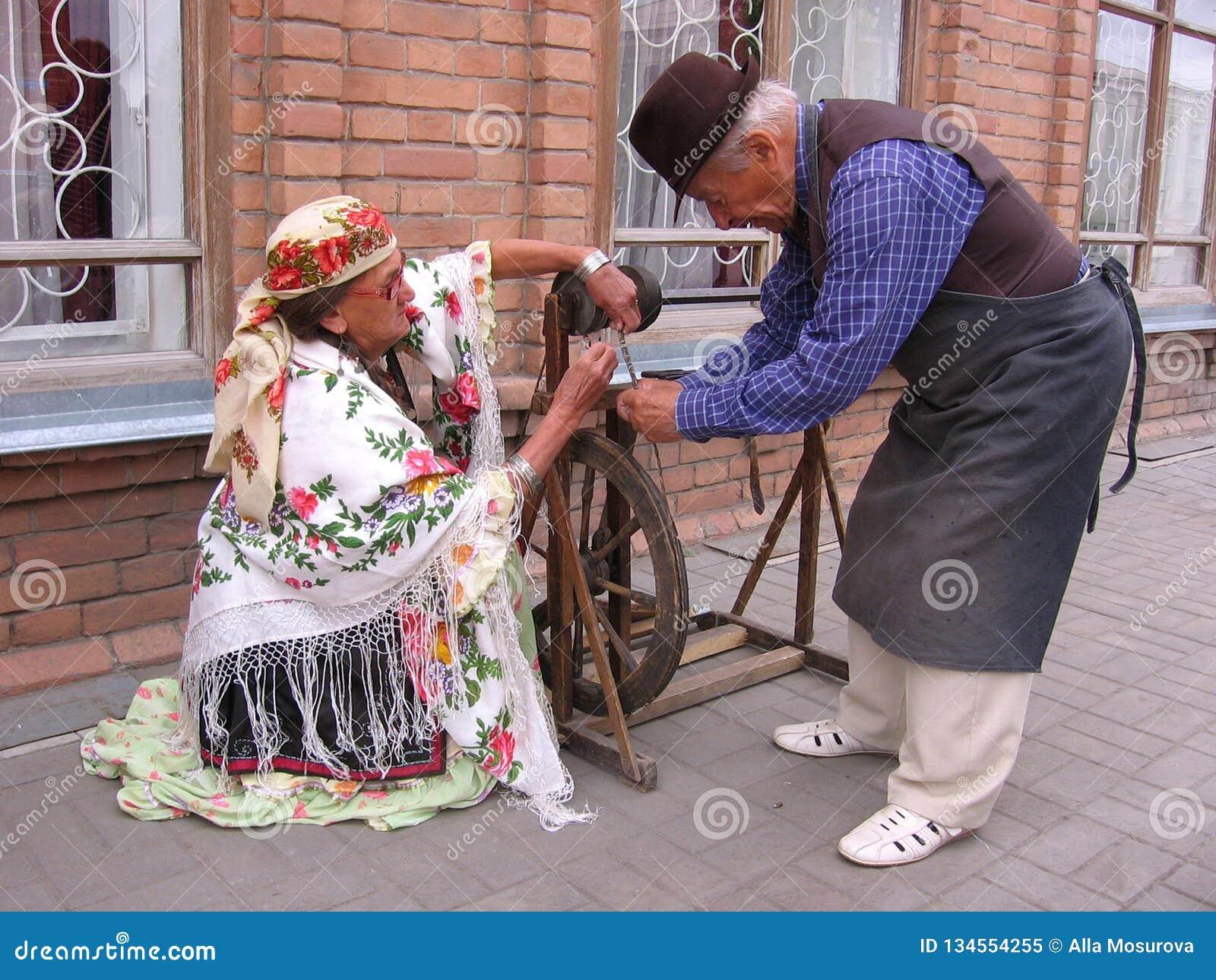 Старая человека и женщины одетая в винтажных актерах ремесленников костюмов
