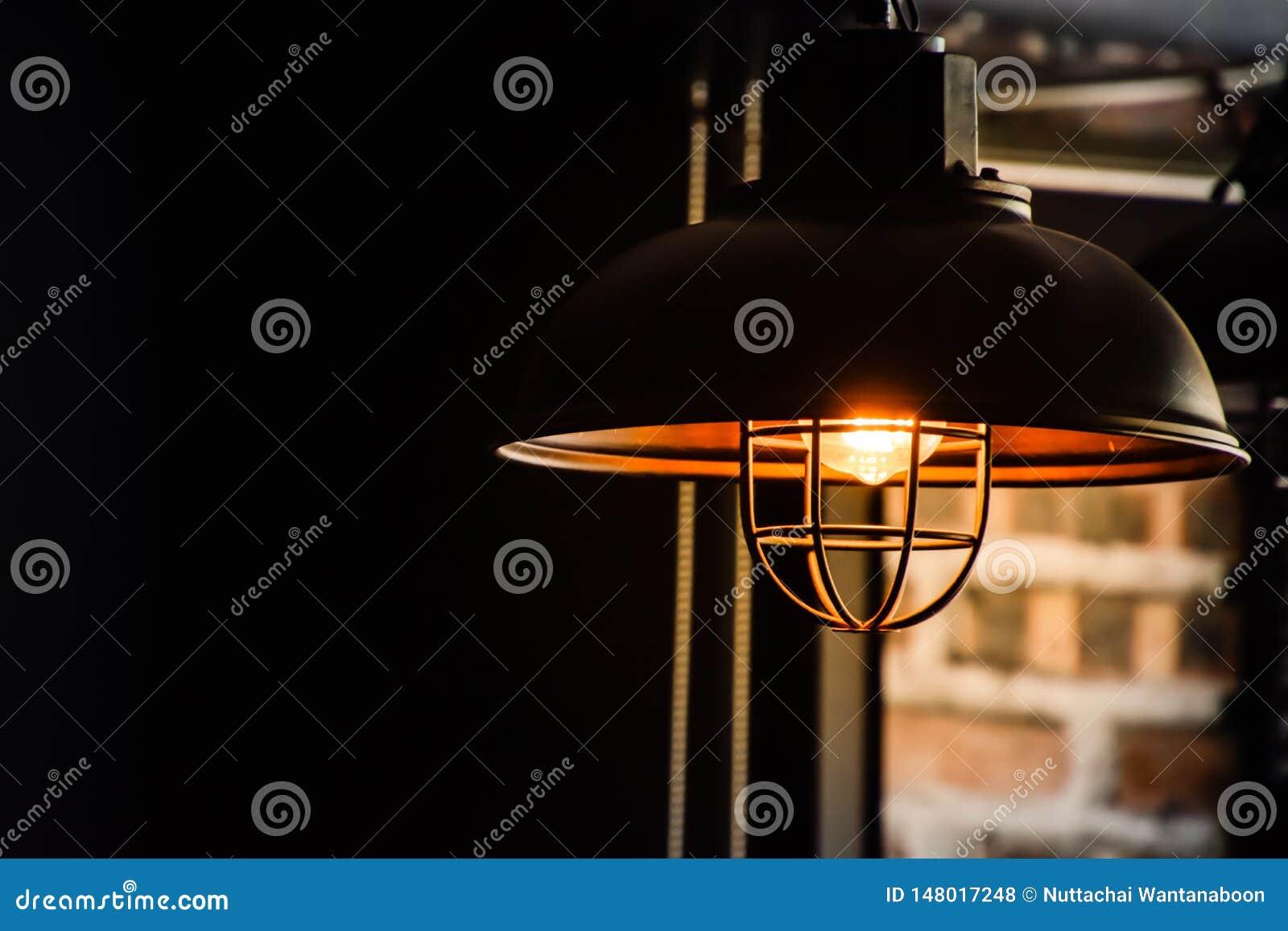 Старая черная лампа в комнате на запачканной предпосылке