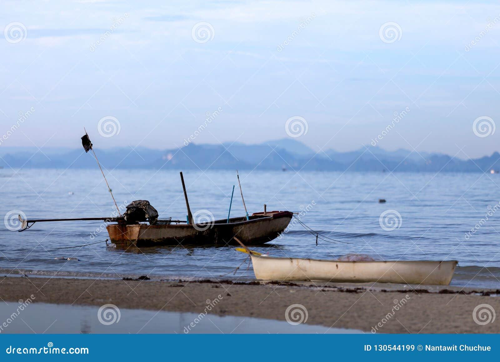 Старая шлюпка на веревочке на тихом море samui Таиланд острова припарковано