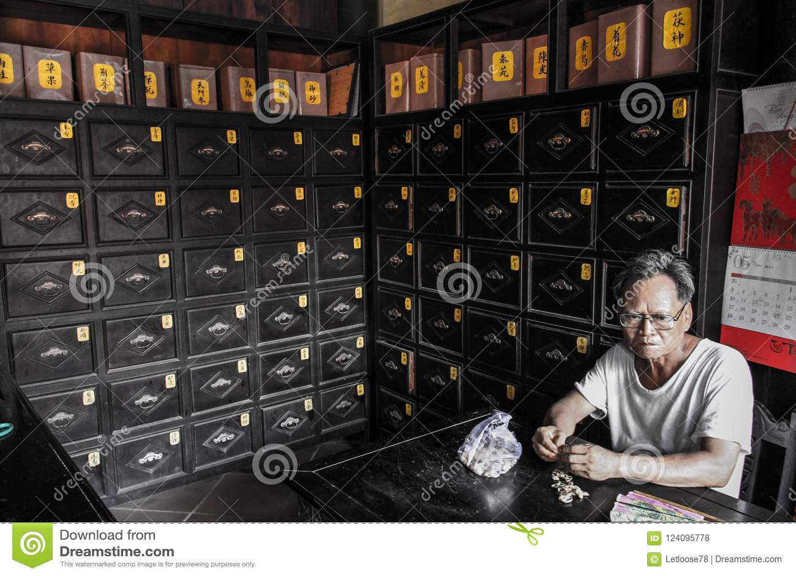 Старик есть арахисы в старой фармации, Hoi, провинции Quảng Nam, Вьетнаме