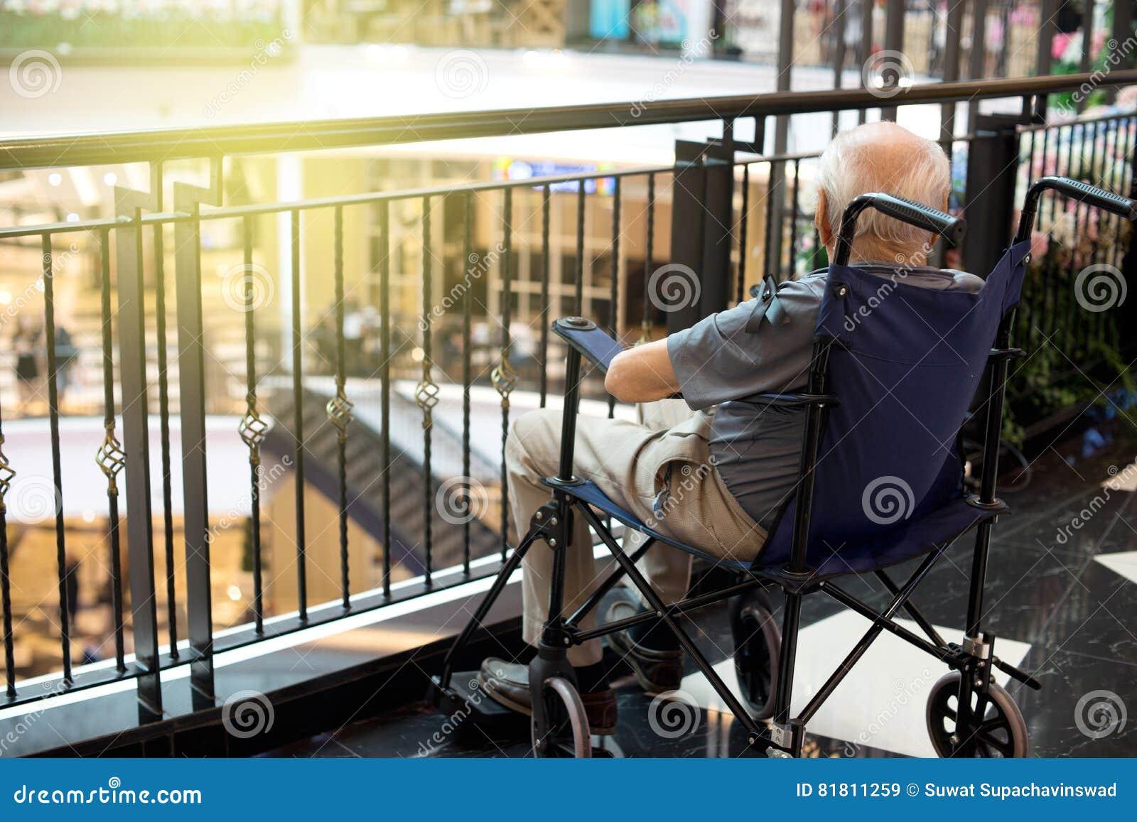 старик сиротливый в моле
