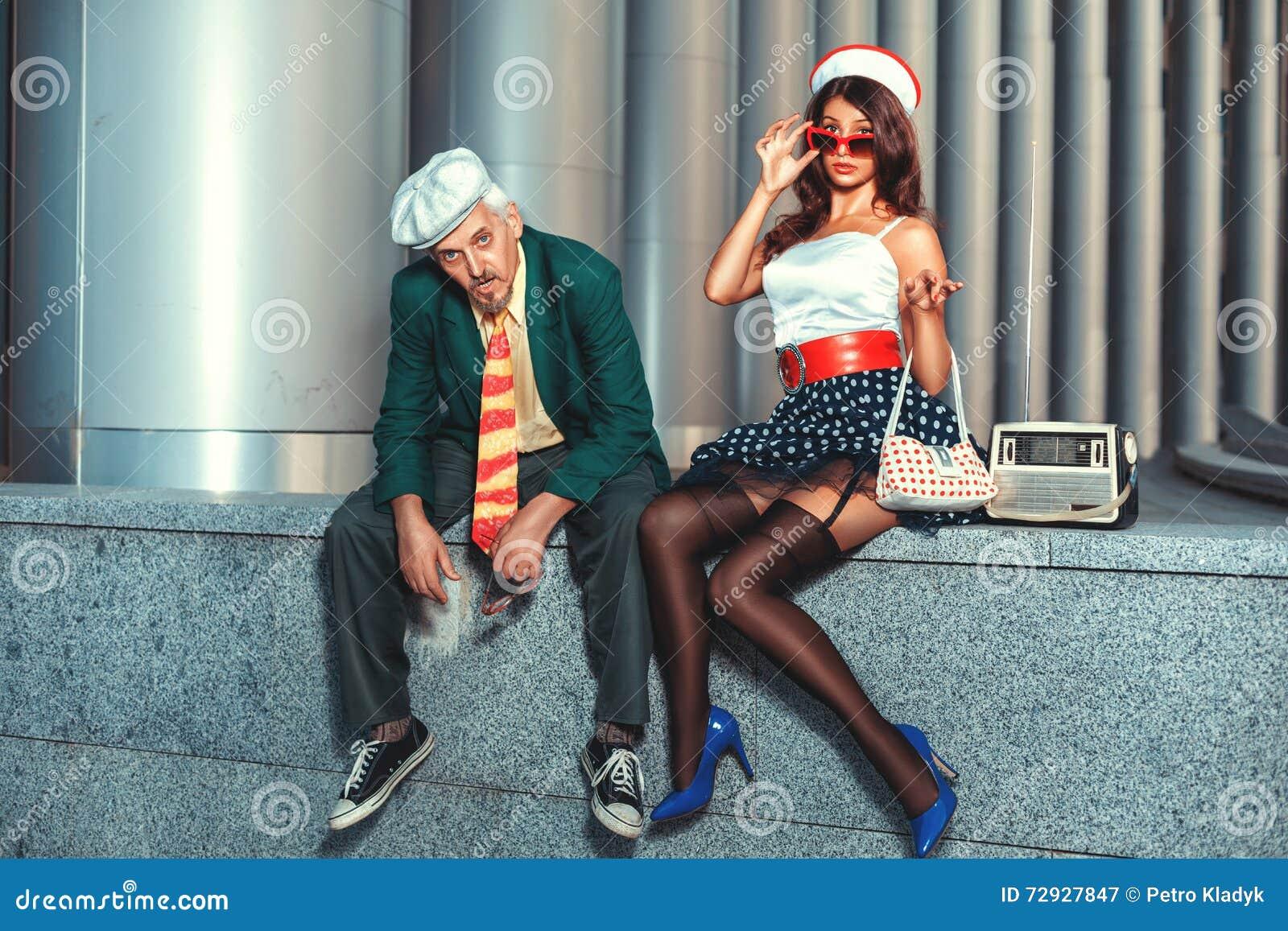 Старик и женщина фото блондинка отсасывает