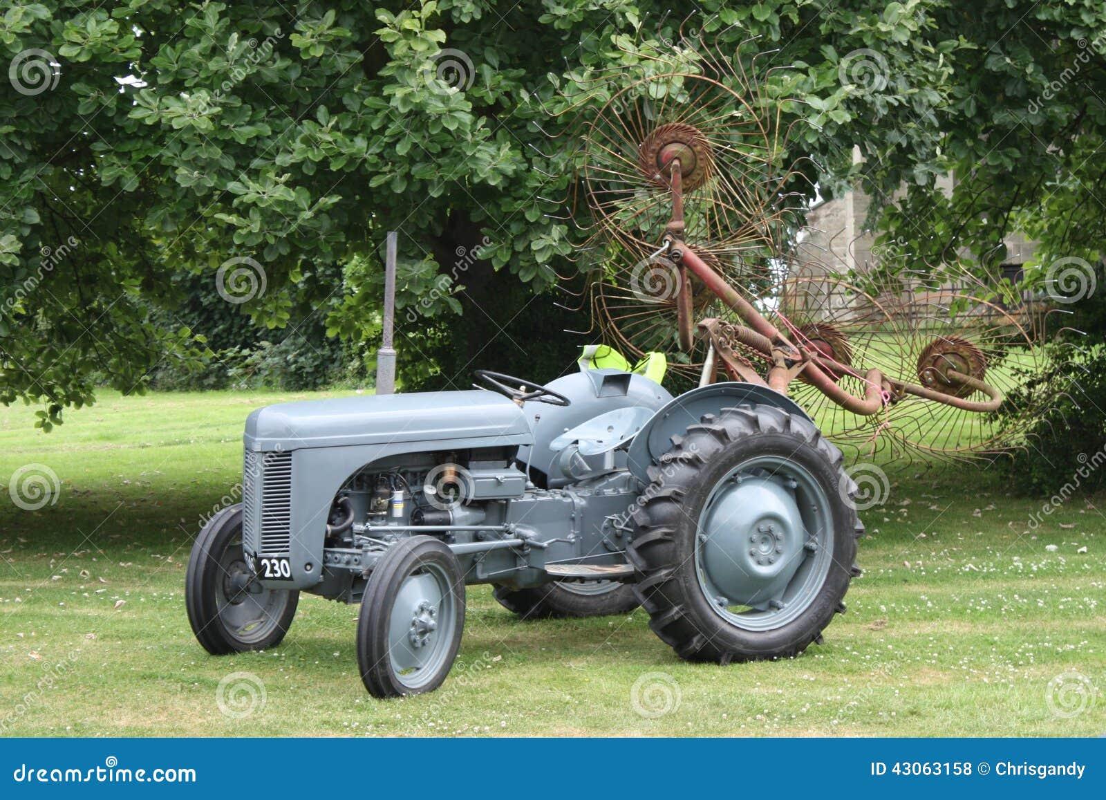 Старое винтажное маленькое серое сельскохозяйственное оборудование трактора ferguson fergie