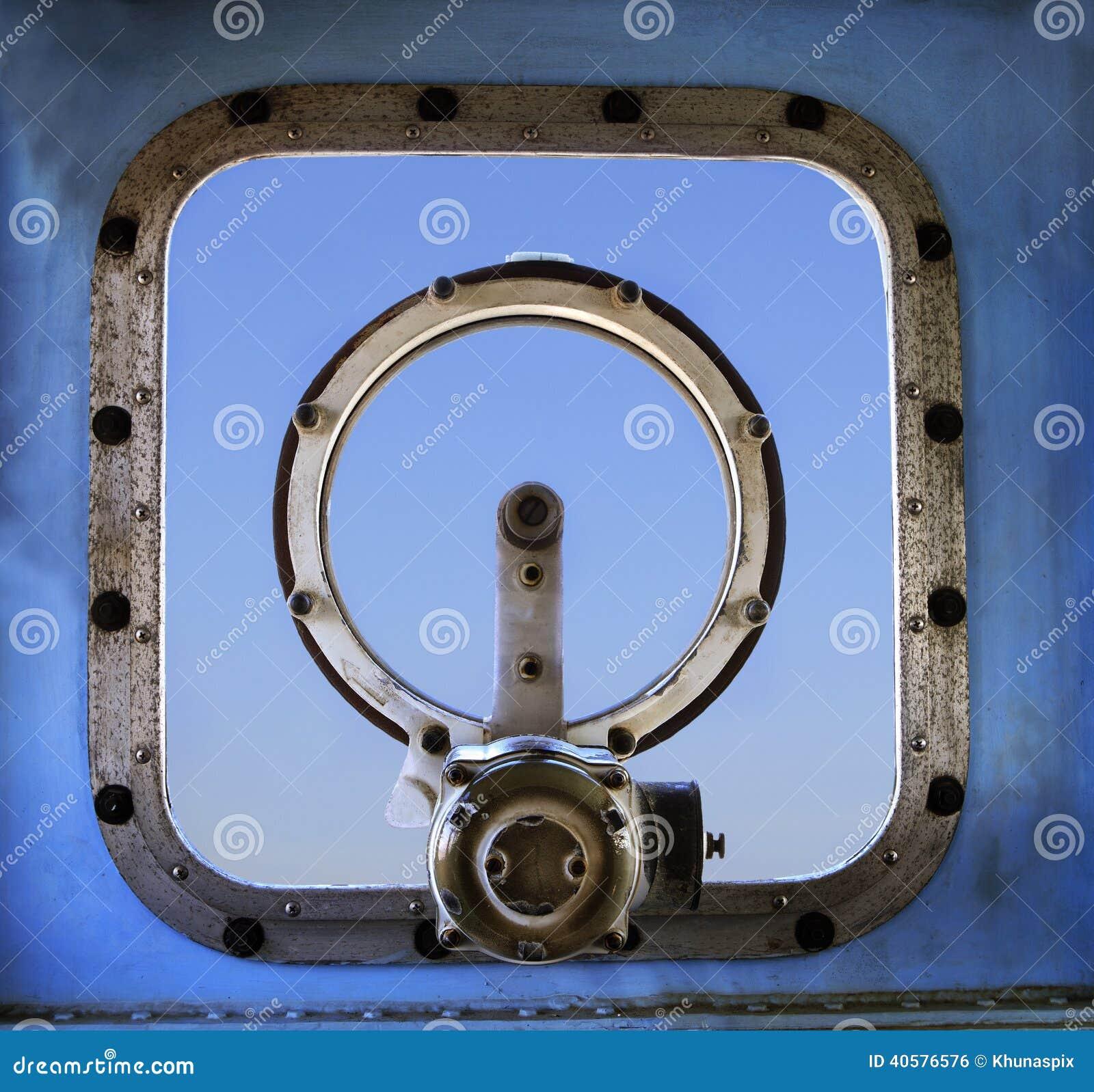 Старое воинское окно корабля войны против пользы предпосылки голубого неба для