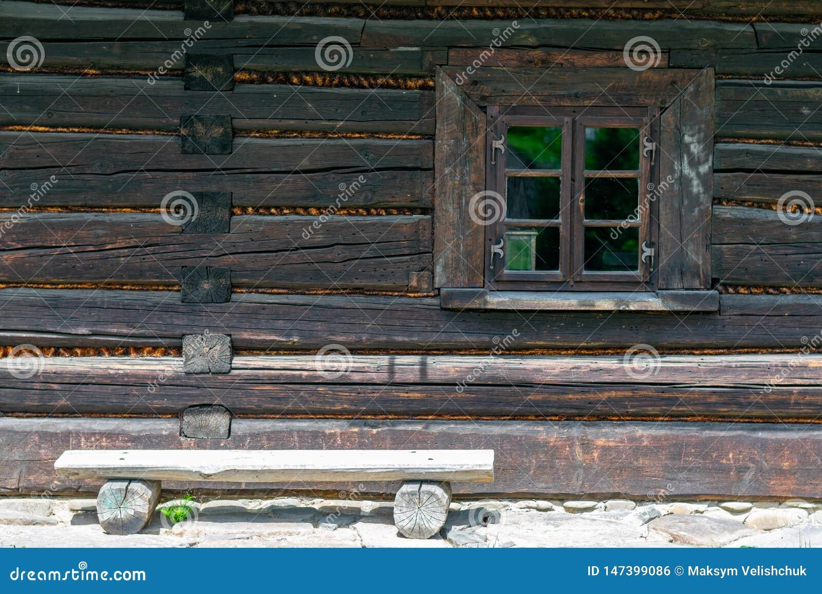 Старое деревянное окно дома
