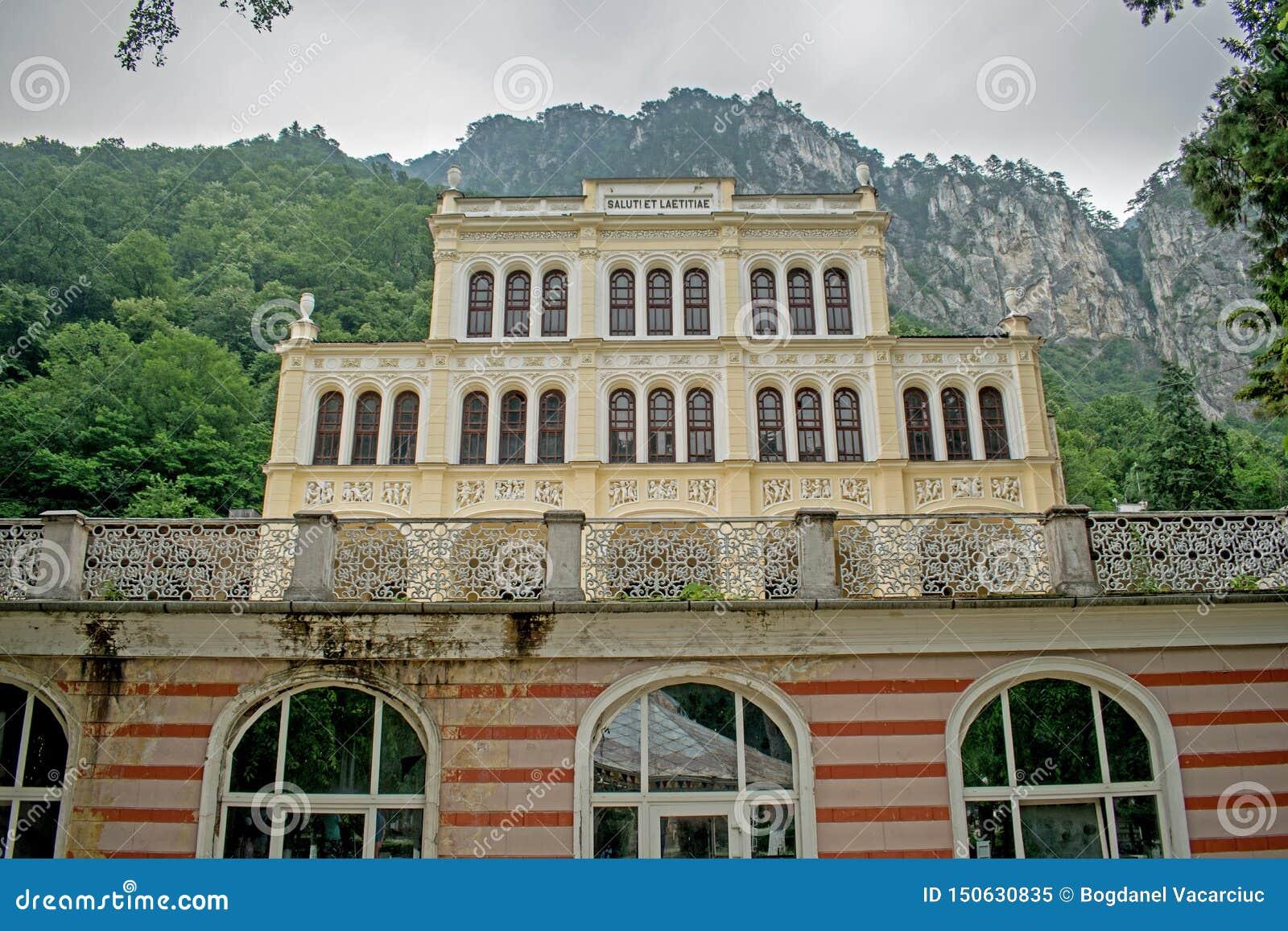 Старое казино теперь из пользы датирующ назад до 1850, размещенный в красивой горной области в Европе, Румыния