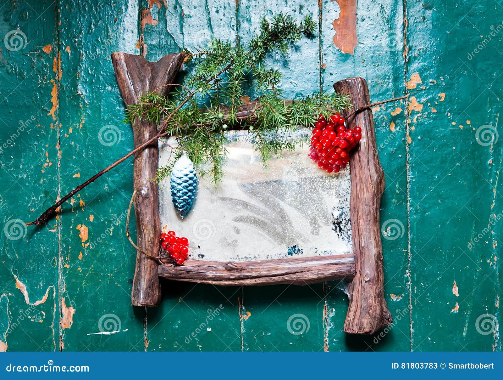Старое пылевоздушное zekralo с poutinoy и царапинами трескает на деревянным покрашенной полом рождественской елке краски масла ук
